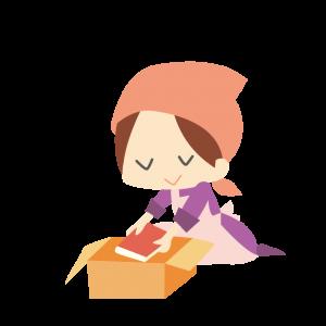 本を梱包する女性